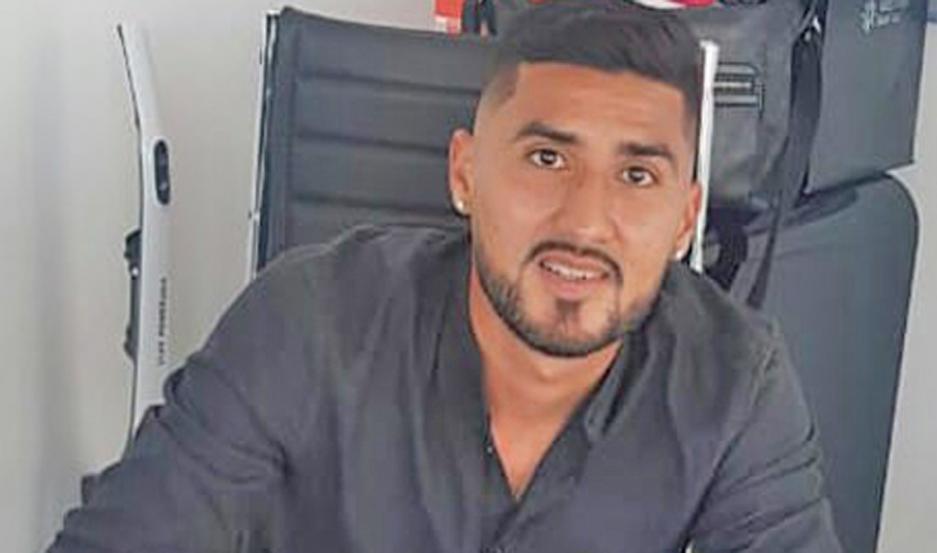 RÚBRICA. Jonathan Galván, de 27 años, cumplió con el trámite legal.