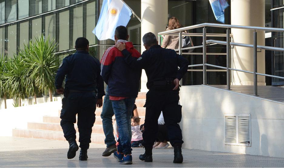 """PRESO. Brandán regresó a una comisaría y la fiscal Gómez Castañeda lo imputó por """"homicidio en grado de tentativa""""."""