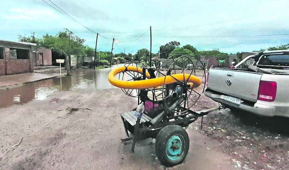 ASISTENCIA. La comuna informó de anegamientos previsibles en sectores bajos por la gran cantidad de agua.