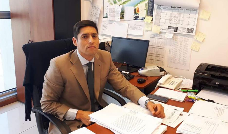 CARGOS. El fiscal Carlos Vega espera al acusado y confía en que tendrá muchas respuestas.