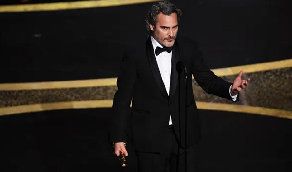 Joaquin Phoenix al recibir el Oscar al Mejor actor protagonico por Guasón (Joker).