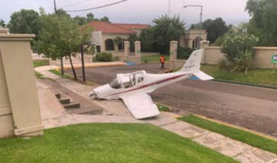 La avioneta llevaba dos personas a bordo, y resultaron ilesas.