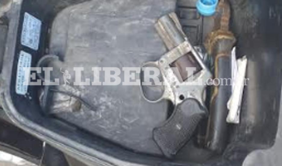 Las armas de fuego fueron descubiertas en la baulera de la moto.