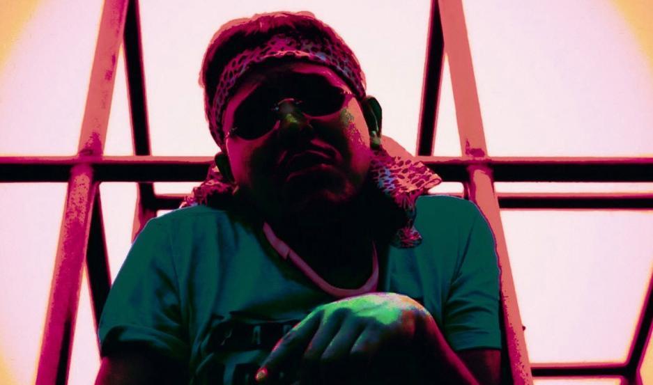 """El videoclip de """"Codelasa"""" utiliza una paleta de colores flúor que acompaña al """"oscuro personaje"""" de Martínez Díaz en su debut."""