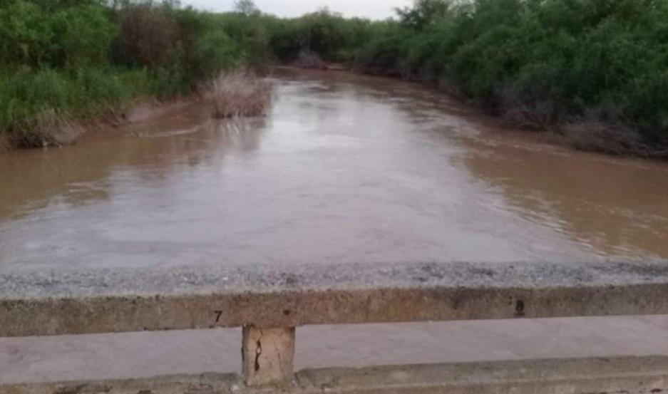 SITUACIÓN. Ayer el agua estaba a pocos centímetros de sobrepasar las barrancas del río cerca de Añatuya.