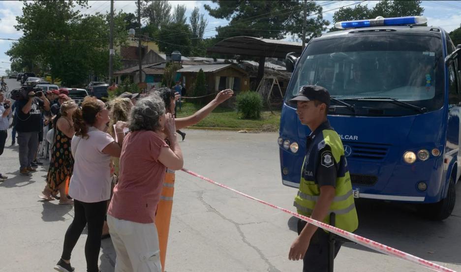 LLEGADA. Los rugbiers fueron recibidos con carteles y agravios por los vecinos de la zona.