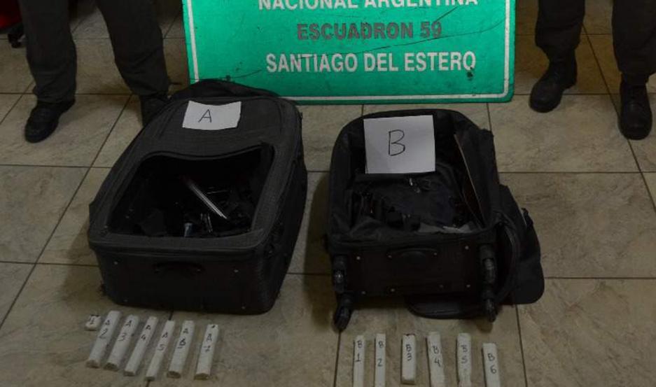 OPERATIVO. Los efectivos, con ayuda del can, detectaron la sustancia en el equipaje del sospechoso.