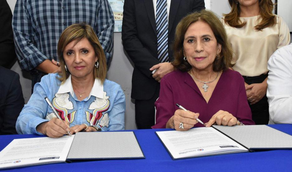 ACUERDO. Firmaron el convenio de cooperación la titular de la cartera sanitaria de la provincia, Lic. Natividad Nassif y la intendente de la ciudad Capital, Ing. Norma Fuentes.