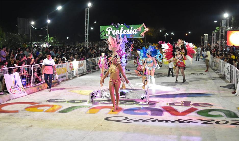 DESFILE. Bailan las comparsas Profecía, Samba Total y Libertad.