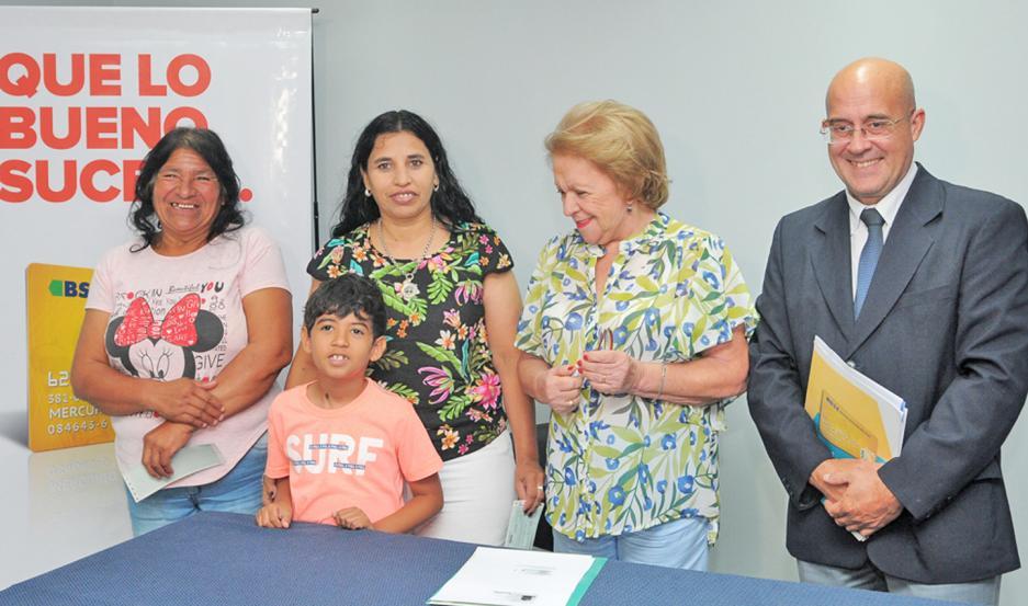 Dos ganadoras recibieron ayer su premio en la casa central de Tarjeta Sol en esta capital.