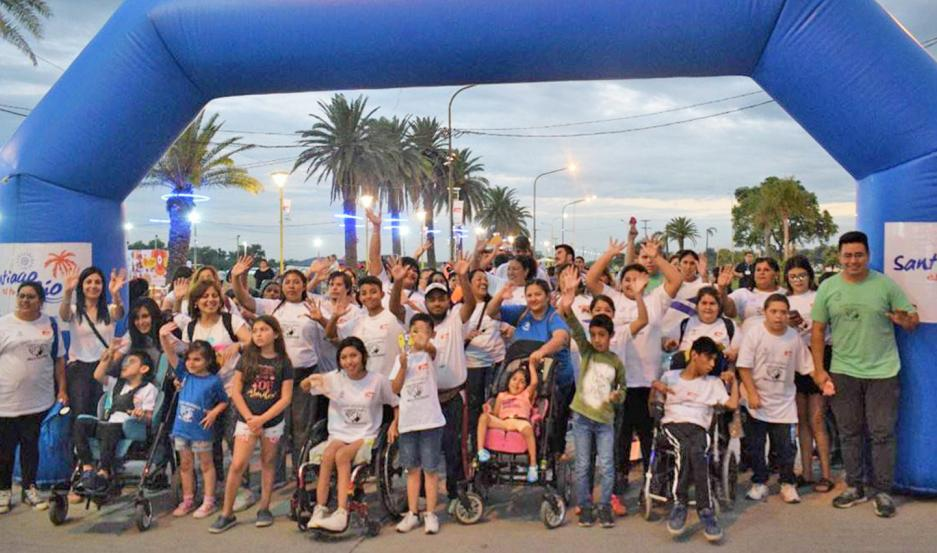 """""""Santiago es tu río"""" comenzó ayer con la Marcha Aeróbica Inclusiva que sumó a numerosas familias."""