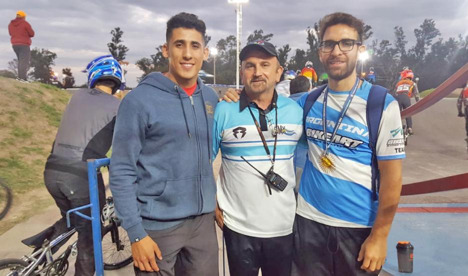 """Exequiel Torres (piloto), """"Tito"""" Ciappino (presidente de la Federación Argentina) e Ignacio Kaul (entrenador argentino), con mucha fe."""
