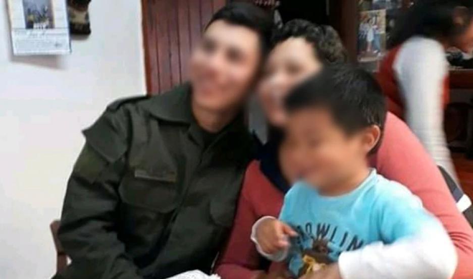 El pequeño junto a su madre y un hermano que reside en Puerto Deseado, momentos antes del crimen.