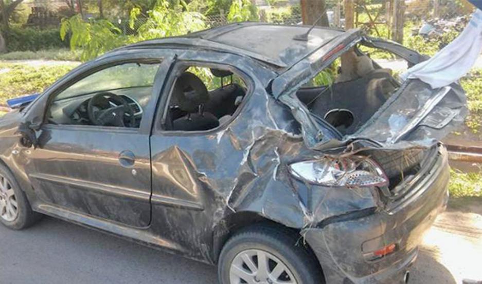 El Peugeot acabó muy dañado. Ahora, el día después, la policía intenta recrear el porqué y las responsabilidades.