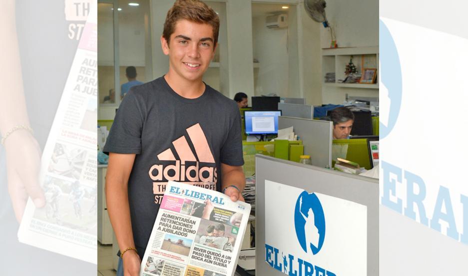 Lucca visitó la redacción EL LIBERAL, compartió un grato momento y posó para nuestro reportero gráfico con la edición de ayer.