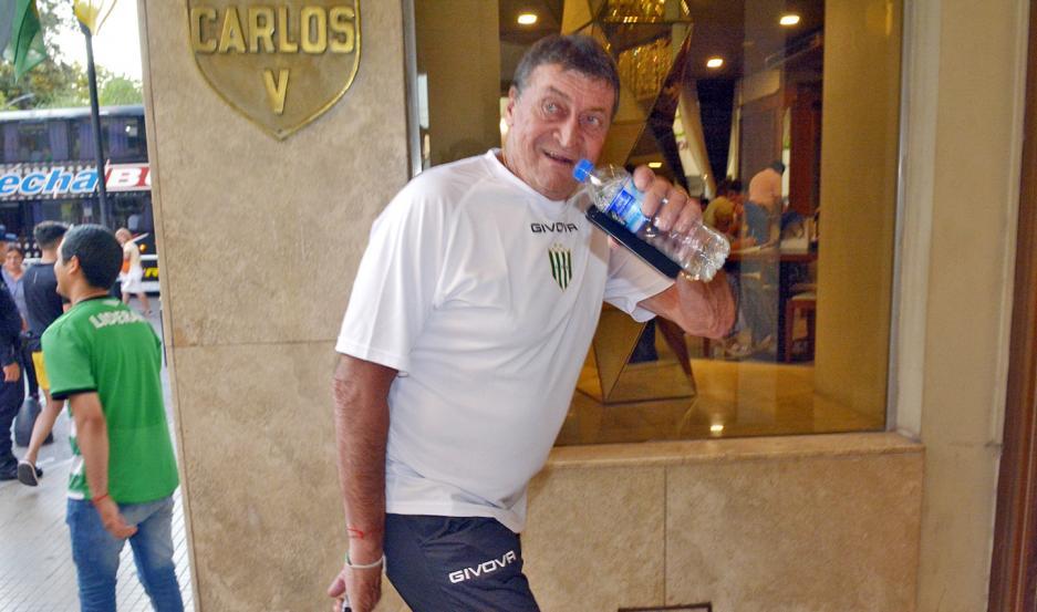 CARISMÁTICO. El entrenador Julio César Falcioni fue muy afectuoso con los hinchas de Banfield que lo recibieron al ingresar al hotel Carlos V.