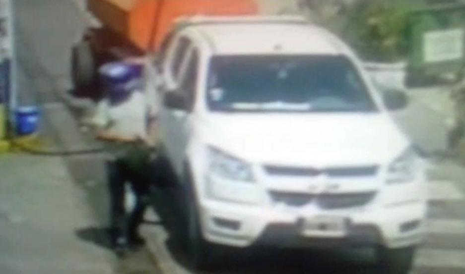 CAPTURAS. Todos los movimientos del delincuente quedaron registrados en las cámaras de seguridad. Los investigadores realizan averiguaciones para dar con el delincuente.