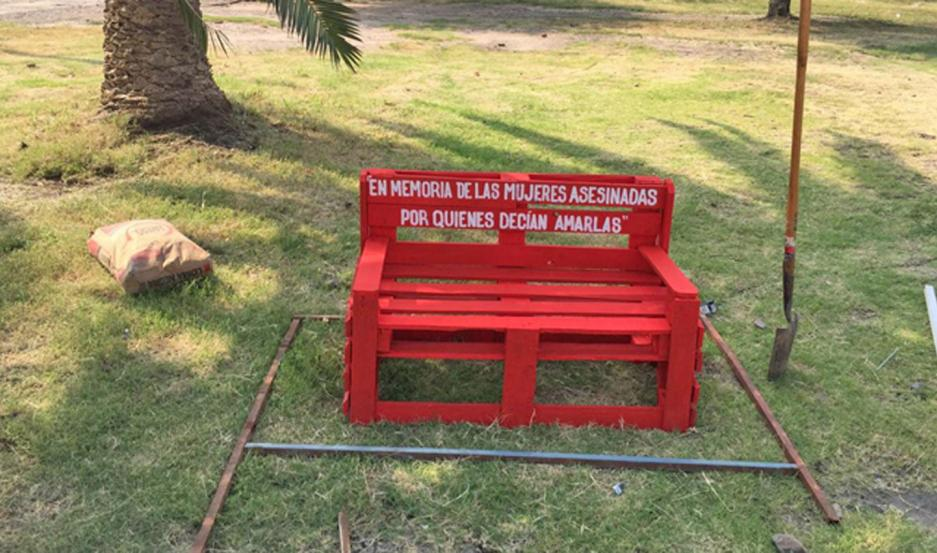 """CAMPAÑA. Añatuya se adhirió al movimiento a nivel mundial del """"Banco Rojo"""", que simboliza la problemática del femicidio."""