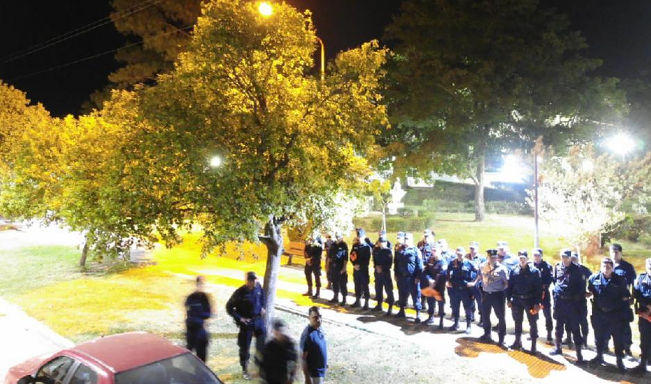 MEDIDA. La policía custodia la ciudad para evitar posibles contagios. Hay familias con guardia permanente.