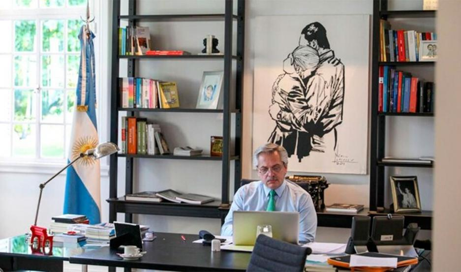 Alberto Fernández en su despacho en la quinta de Olivos.
