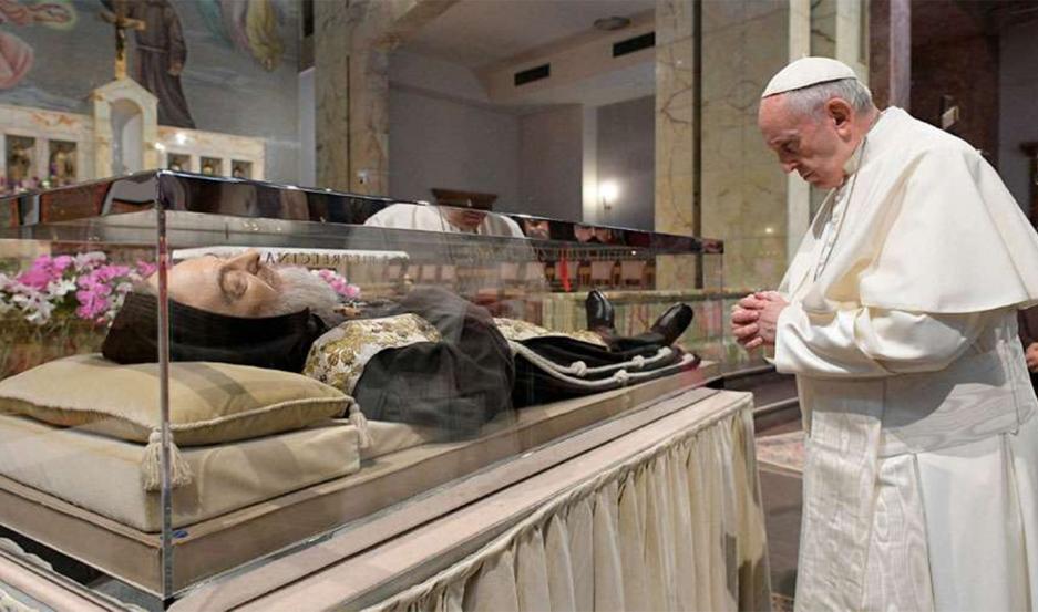 El Papa reza ante las reliquias del Padre Pío.