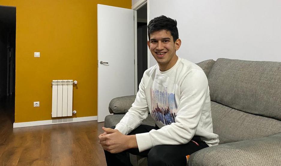David vive solo en su departamento en Madrid, pero siente permanentemente el acompañamiento de su familia y amigos desde Santiago.