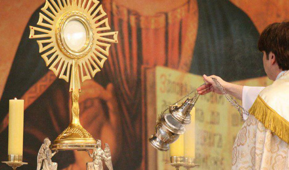 En tiempos de aislamiento obligatorio preventivo, los párrocos oficiarán misas y las transmitirán por diversas vías de comunicación.