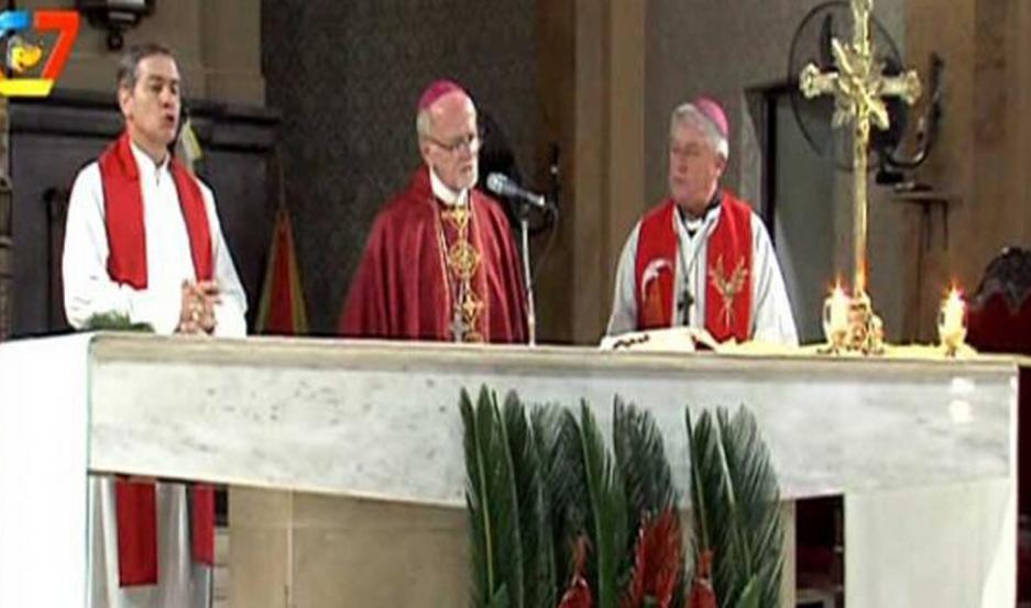 EN LA CATEDRAL BASÍLICA. Mons. Vicente Bokalic presidió la misa, que fue emitida por Canal 7 Santiago.