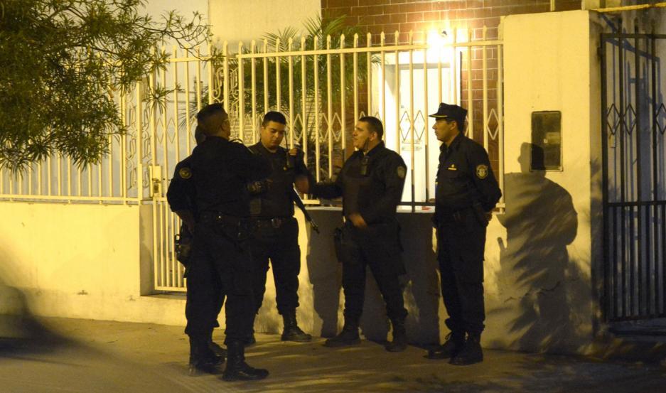 OPERATIVO. La policía arribó por la madrugada a la casa del agente y lo apresó. El sujeto no puso resistencia.