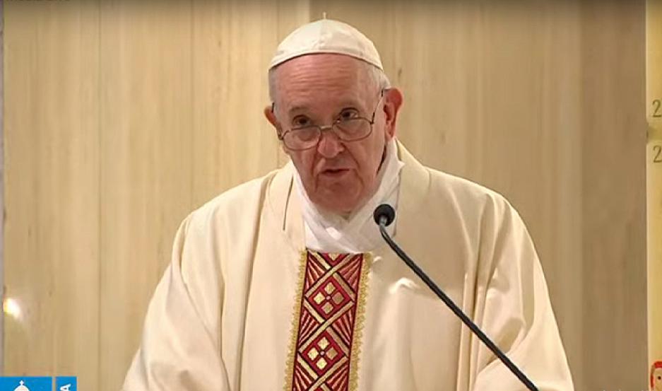 El Papa Francisco rezó por los muertos enterrados en fosas comunes — Coronavirus