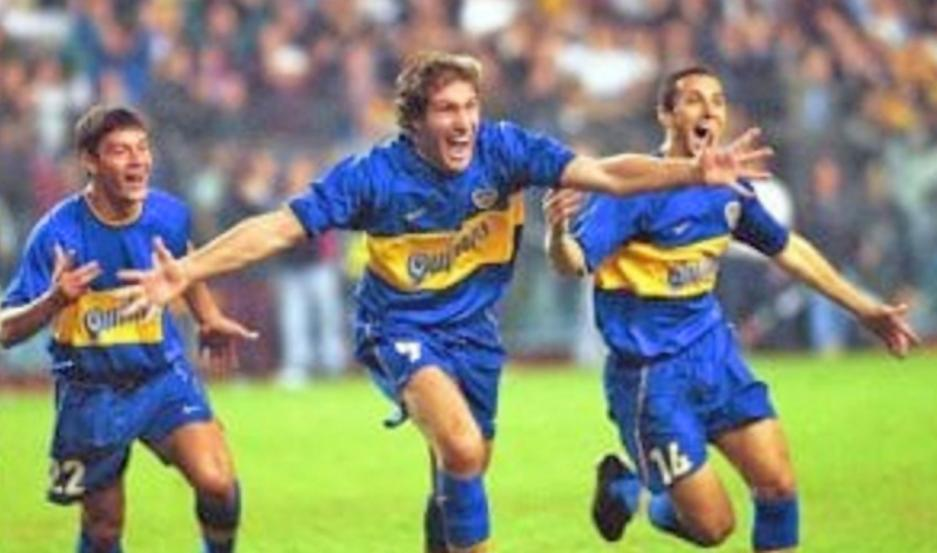 """LOCURA. Martín Palermo ya convirtió el gol que se recordará por siempre como el """"muletazo"""", ante River y en la Bombonera. Fue el 24 de mayo del 2000."""