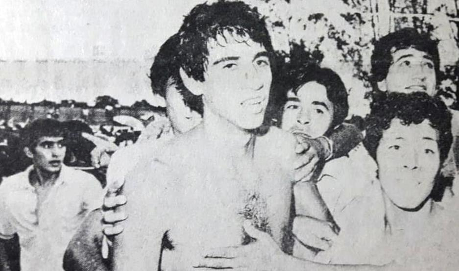 FESTEJO. Noriega, tras conseguir el ascenso al Nacional 82 con Estudiantes, celebrando junto a los hinchas.