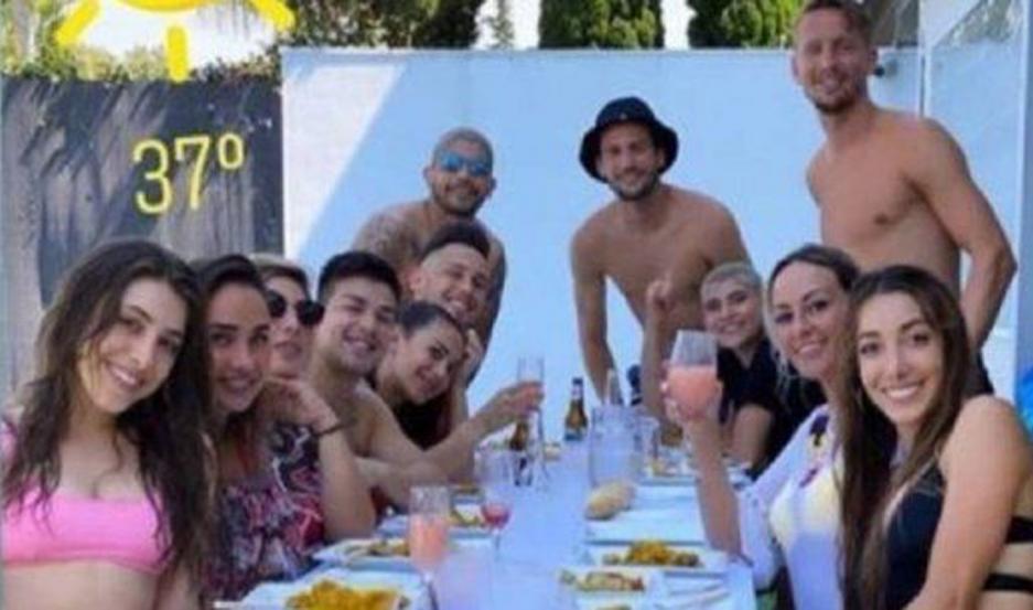 EVIDENCIAS. Las imágenes en las que aparecieron juntos los jugadores argentinos del Sevilla y un compañero, junto a sus respectivas parejas.