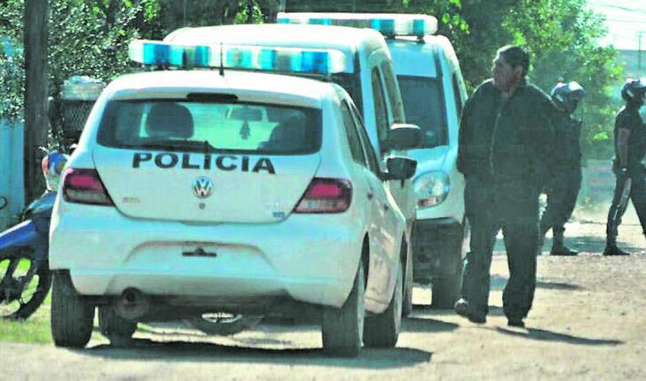 OPERATIVO. Los policías vigilarán la cuadra, a fin de garantizar el normal desenvolvimiento del procedimiento.