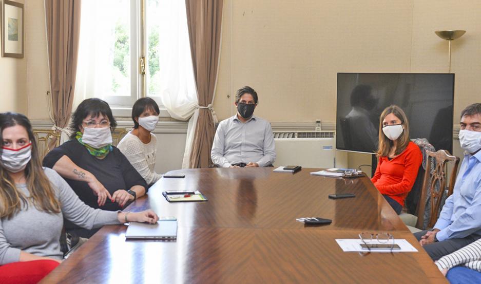 Funcionarios de diferentes áreas de gobierno se reunieron ayer en la sede de la cartera educativa.