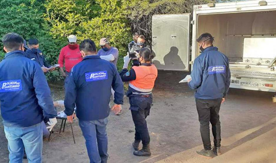 Detectives de Homicidios y Delitos Complejos Banda trabajaron con Criminalística y Bomberos en la escena.