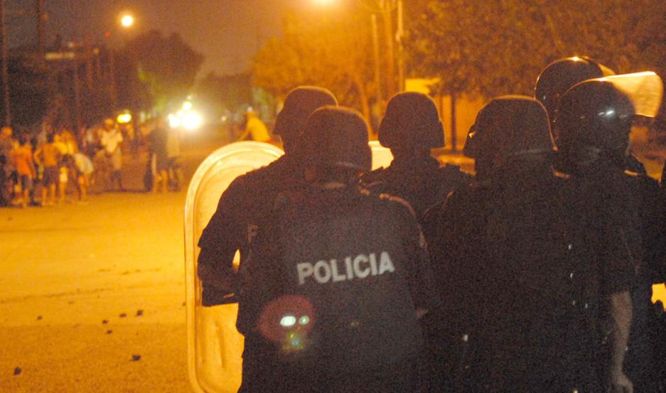 ATAQUE. Los policías fueron apedreados por un grupo de delincuentes. La Fiscalía ya tomó intervención.