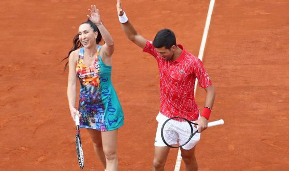 Djokovic y Jankovic se entretuvieron y se brindaron al público que los apoyó.