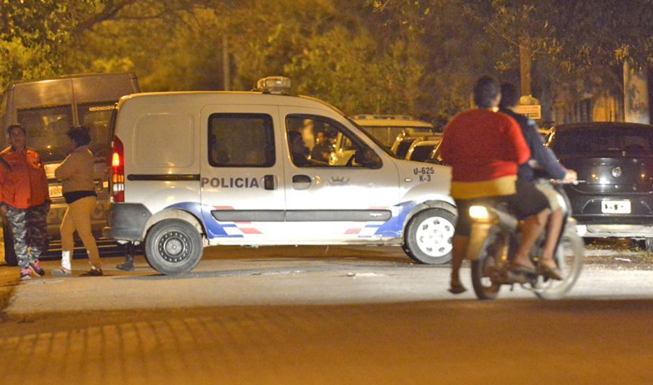 DESPLIEGUE. La Policía lo redujo rápidamente y lo trasladó a la Comisaría por disposición de la fiscal.