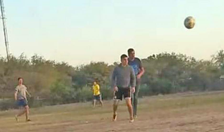 CAPTURAS. En los videos se puede ver a varias personas jugando al fútbol, todos incurriendo en la infracción.