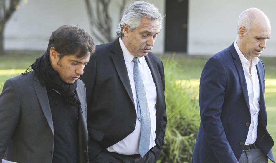 CUMBRE. Alberto Fernández escoltado por Axel Kicillof y Horacio Rodríguez Larreta.