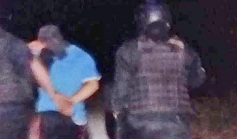 La policía irrumpió en tres domicilios. El acusado intentó fugarse, pero fue rápidamente reducido.