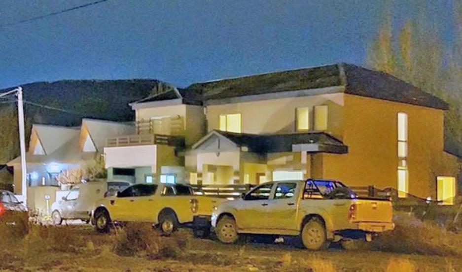Numerosos vehículos anoche, en la propiedad del exsecretario de Cristina Kirchner.