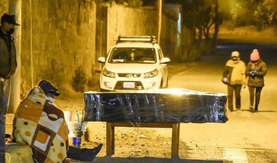 Las familias tienen los cadáveres de sus seres queridos en la calle.