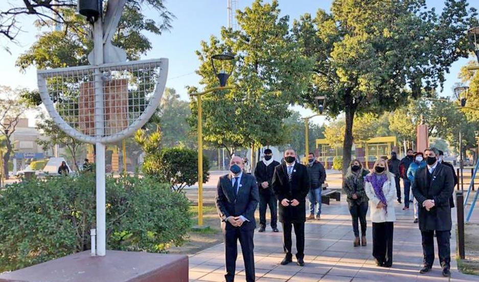 Las autoridades presentes colocaron ofrendas florales al pie del busto del general Manuel Belgrano.