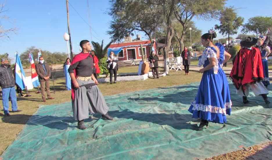 Bailarines locales hicieron una demostración de danzas tradicionales en los jardines de la comuna.