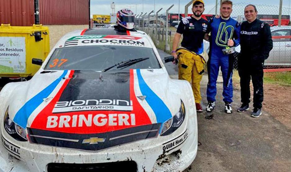 El director de la categoría Top Race Junior (1º de der. a izq.), junto a sus hijos Alejandro y Sergio.