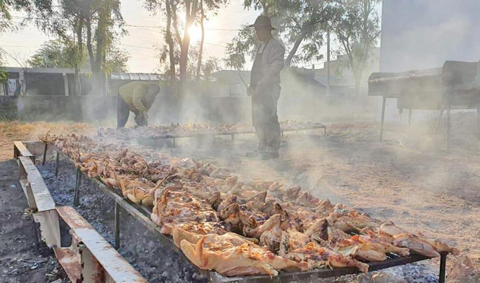 Con una parrillada vendieron 130 pollos, recaudaron $ 45.500, menos $24.200 en insumos varios.