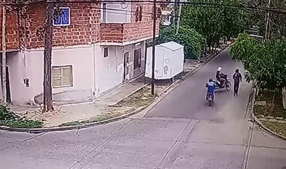 La imagen muestra a los sujetos en moto, minutos después de consymado el atraco en Dorrego y 24 de Septiembre.