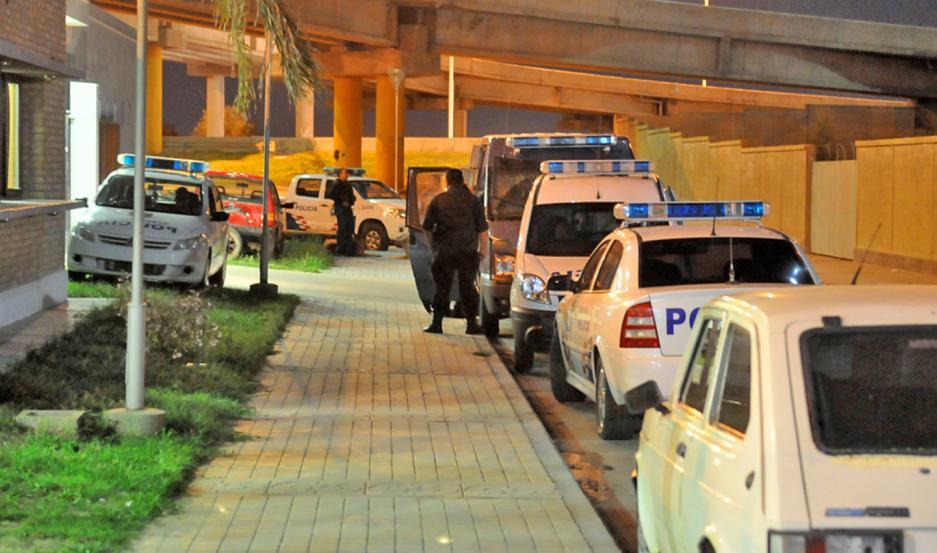 Los policías trabajaron ayer en el departamento del gendarme imputado.
